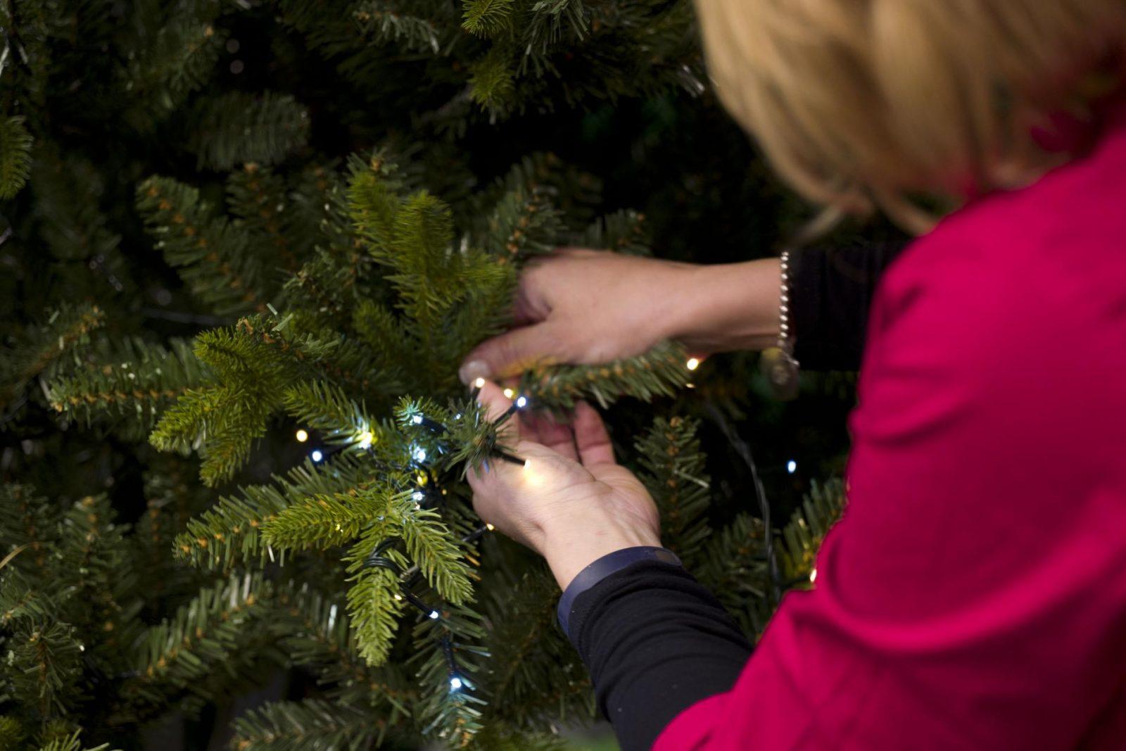 Luci sull'albero di Natale: come posizionarle e consigli utili